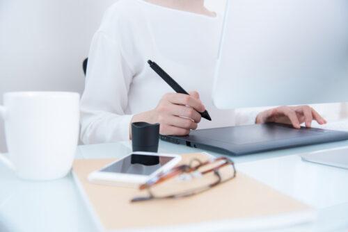 会社員イラストレーターとして働く女性