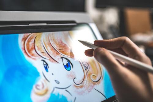 在宅ワークでイラストを描く人