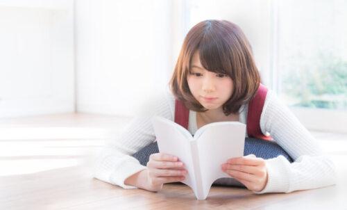 Webライティングの本を読む在宅ワーク女子