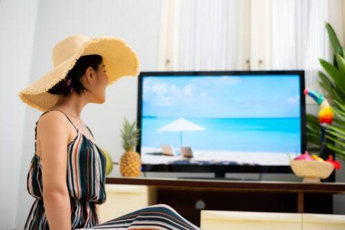 オンライン海外旅行を自宅で楽しむ女性