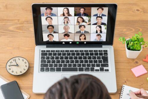 オンライン海外旅行に参加する人の図