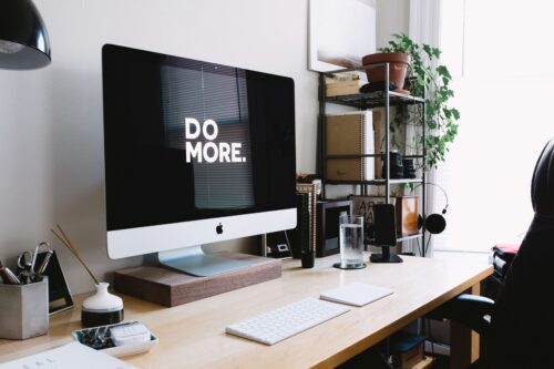 Webライターの仕事しろと圧をかけるパソコン
