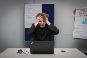 Webライターの案件にショックを受ける男性